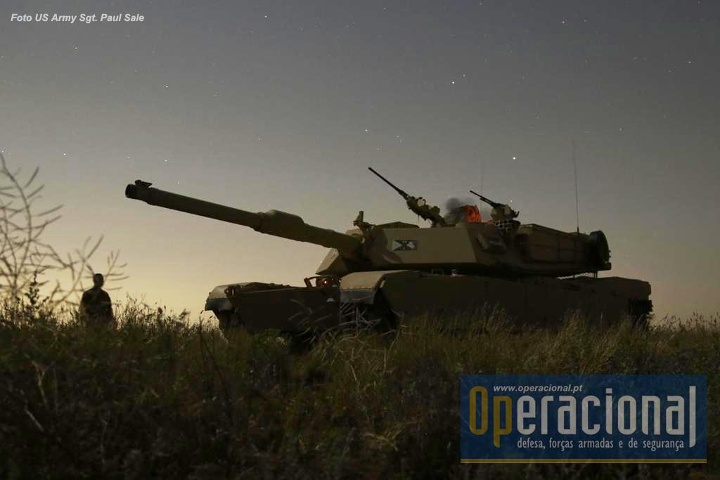 """Militares americanos ministram formação em """"M1 Abrams"""" a iraquianos da 35.ª brigada."""