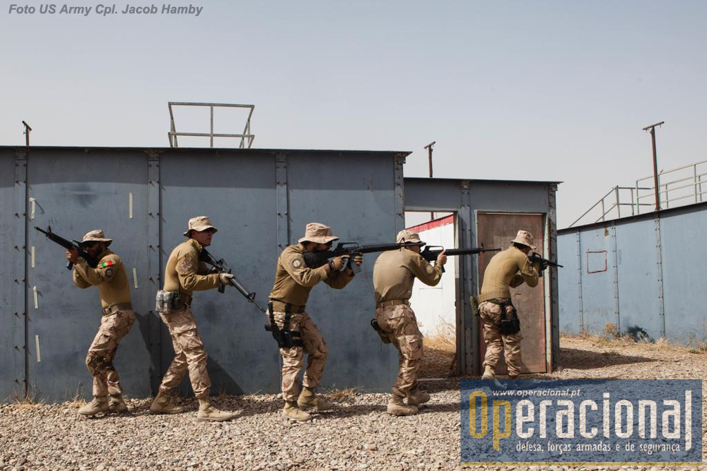 """Militares portugueses no Besmayah Range Complex (em 20JUN16), praticam """"combate em áreas urbanas"""" como treino de manutenção. Aqui têm sido formados muitos militares iraquianos que combatem o """"Daesh""""."""