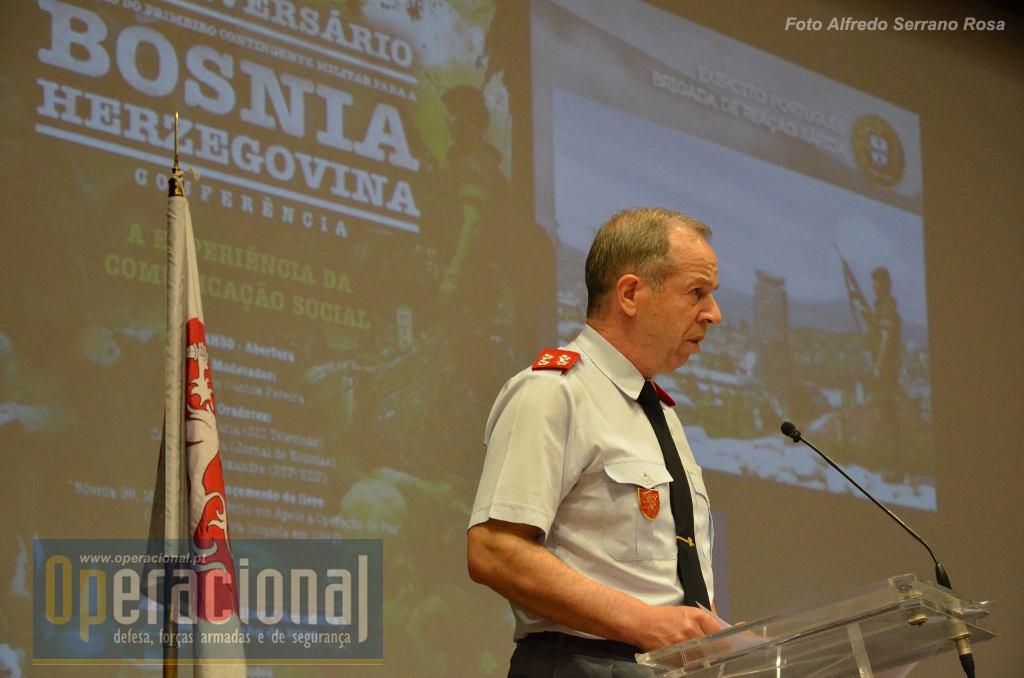 O Chefe do Estado-Maior do Exército, General Rovisco Duarte, assina a Nota de Abertura desta obra e presidiu ao seu lançamento.