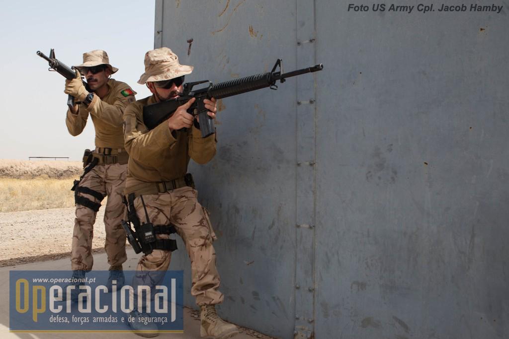 Como se pode ver nesta foto-reportagem os militares portugueses utilizam diferentes tipos de armas em uso no local. Aqui a americana M-16.