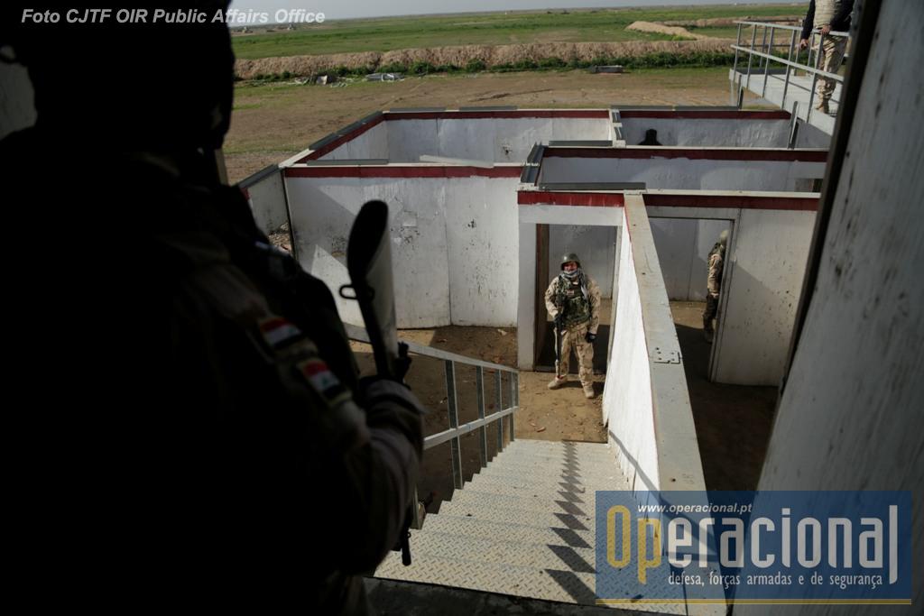 """Militares da 72.ª Brigada do Exército Iraquiano treinam """"combate em áreas urbanas"""" em Besmayah."""
