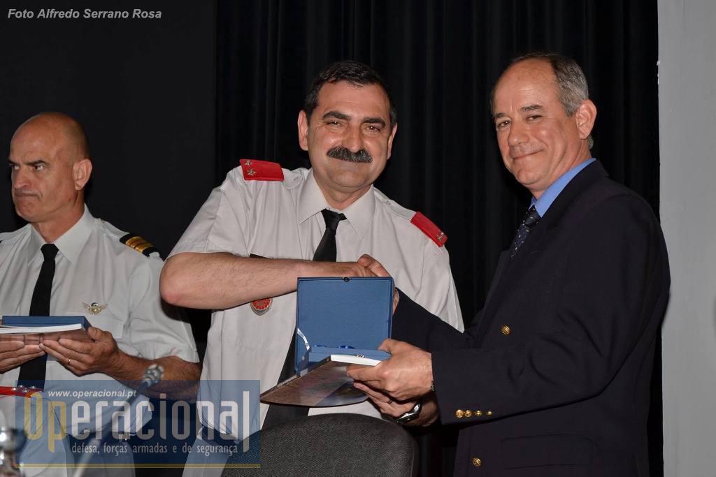 Major-General Carlos Perestrelo, comandante da BrigRR, unidade que tem desenvolvido as comemorações oficiais desta efeméride - 20 anos Bósnia - entregou a Medalha Comemorativa e o livro ao Coronel Villa de Brito.