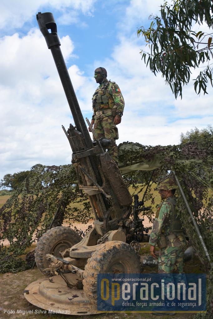 """O """"Light Gun"""" foi adquirido por Portugal em 1998, – designado no Exército Português por M119 Light Gun 105mm m/98 – para equipar a Brigada Aerotransportada (18 armas). Entre 2005 e 2009 equipou a Brigada de Intervenção e neste último ano passou a equipar o GAC da Brigada de Reacção Rápida. Tem calibre 105mm, a munição pesa 15kg, alcance máximo 11.400 (19.500 com munições especiais), pesa 1.800 kg e pode ser helitransportado pelo EH-101 Merlin."""