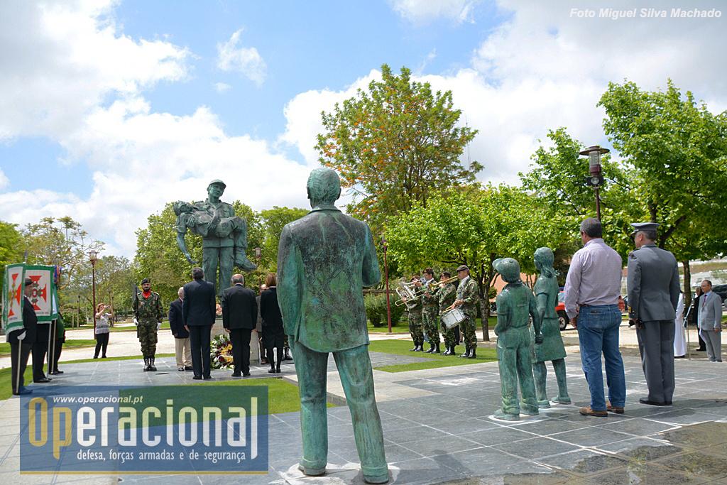 Este belo Monumento é um dos mais significativos e originais de Portugal. Foi inaugurado em 8 de Junho de 2002 e evoca os nomes de cinquenta e dois Torrienses que morreram na guerra do ultramar. É da autoria do Coronel José Núncio e resultou do trabalho realizado por uma Comissão Executiva criada para o efeito no âmbito da Assembleia Municipal de Torres Vedras.