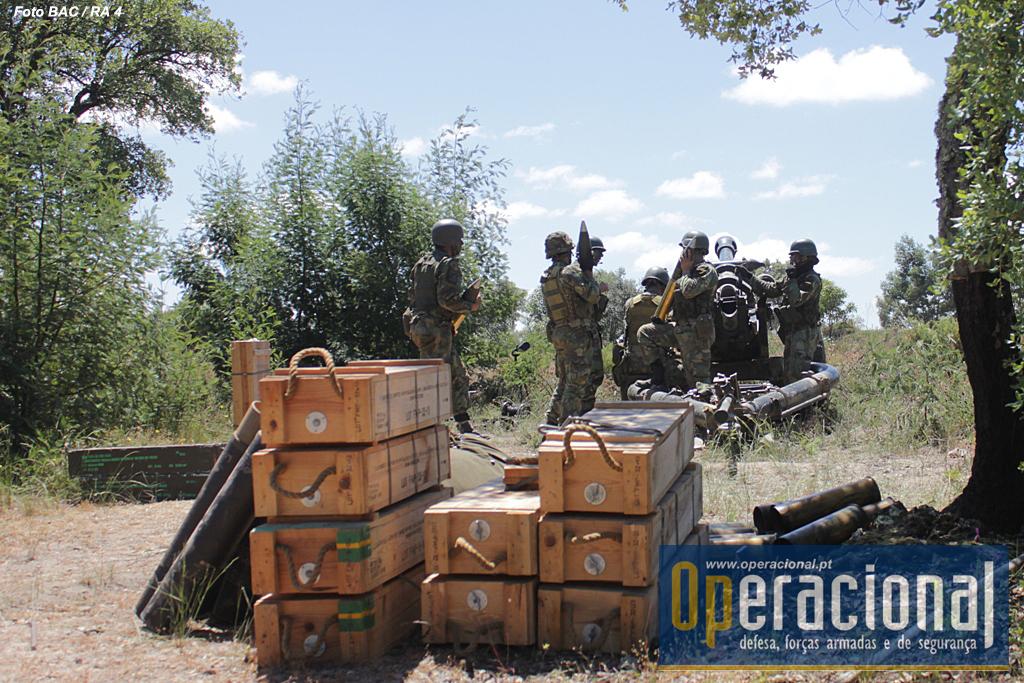 A bateria transporta em meios próprios, junto às armas e na secção respectiva, uma grande quantidade de munições.