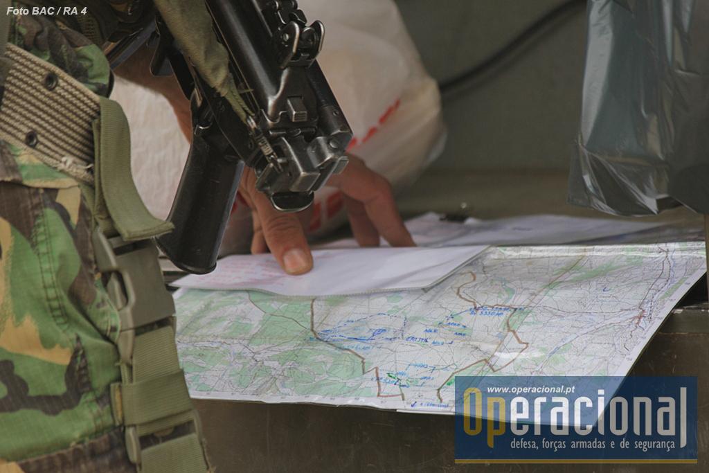 Apesar de toda e tecnologia existente, as cartas topográficas continuam como sempre no campo de batalha.