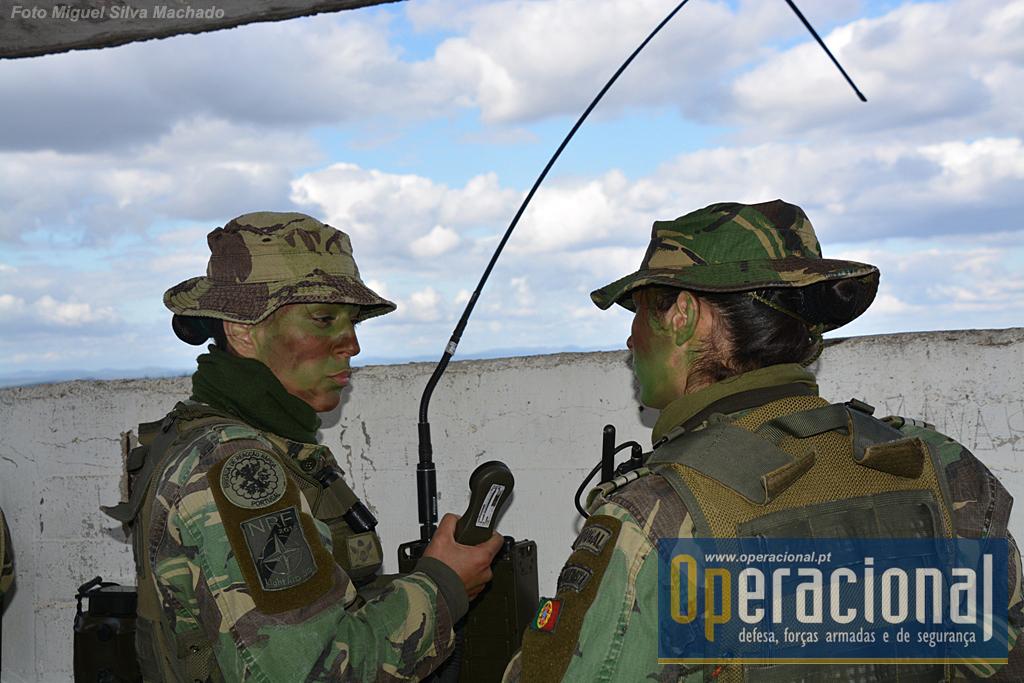 A bateria integra pessoal feminino em todos os postos e nas mais diversas funções das guarnições dos Light-Gun aos Observadores Avançados (na foto), passando pelo apoio logístico.