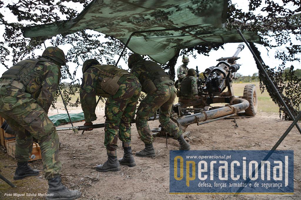 O manuseamento rápido das armas, depende da formação e do treino intenso das guarnições. Assim se garante o desembaraço do pessoal, mesmo em situações de tensão.