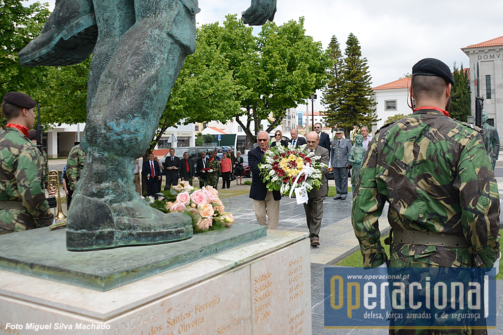 Dois antigos combatentes, Abel Carvalho e Carlos Vale, transportam a coroa de flores do Núcleo de Torres Vedras.