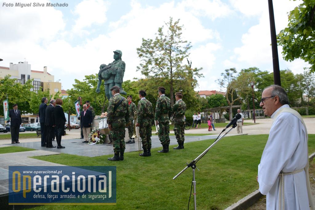 O Diácono Cruz reza uma prece em memória dos mortos.