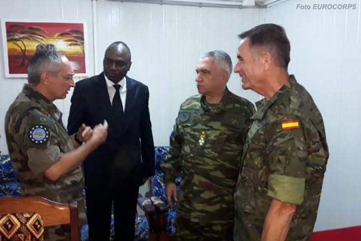 À esquerda o MGen Éric Hautecloque-Raysz novo comandante da EUTM - RCA. Presente também o Presidente do Comité Militar da UE, general Mikhaïl Kostarakos (segundo da direita), antigo Chefe de Estado-Maior de Defesa da Grécia.