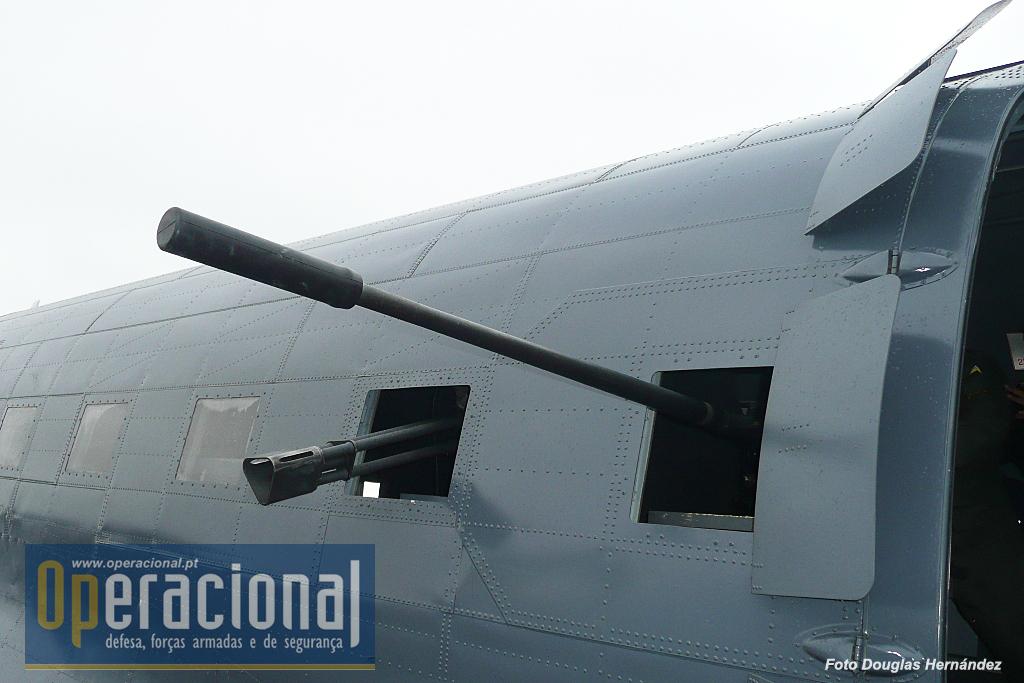 Em primeiro plano o canhão DEFA 30mm (retirado dos Mirage) mas que se saiba nunca foi empregue em operações reais e a metralhadora GAU 19A, 12,7x99mm, a arma por excelência do AC-47T