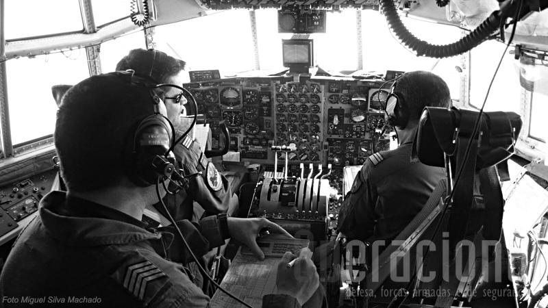Cockpit de um C-130 da Força Aérea fotografado no decurso de uma missão de apoio às Forças Nacionais Destacadas. Piloto, Co-Piloto e Mecânico de Voo.