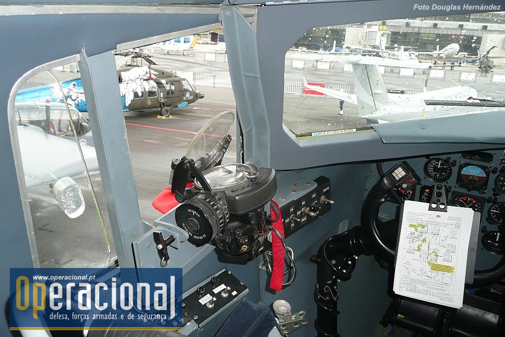 Detalhe do visor de tiro do piloto, para que possa colimar o alvo enquanto realiza uma contínua curva à esquerda. A precisão é verificada pelo uso de munição tracejante