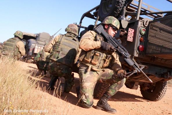 Na RCA os comandos irão usar o seu armamento orgânico, nomeadamente a espingarda automática HK G-3 7,62mm e a metralhadora ligeira HK MG 4, calibre 5.56mm (na foto). Metralhadoras pesadas Browning .50 e CSR Carl Gustav 84 mm farão também certamente parte das armas de apoio.