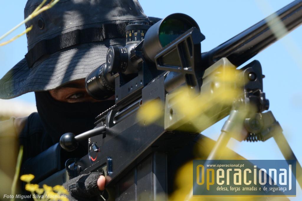 """Sniper do GIOE equipado com a Accuracy International AW.50. Mira telescópica Schmidt Bender 3-12x50 PM II. Estas armas habitualmente designadas por """"anti-material"""" por terem pelo seu calibre capacidade de causar danos consideráveis em viaturas ou estruturas, podendo naturalmente ser também usadas contra pessoas."""