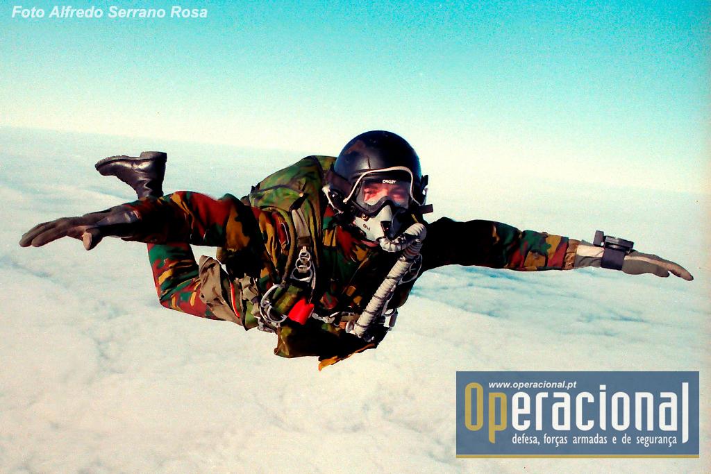 Salto a grande altitude sobre Tancos em 1994. Este pára-quedista da Brigada Pára-Comando desse país aliado participava numa actividade de Cooperação com a Brigada Aerotransportada Independente portuguesa.