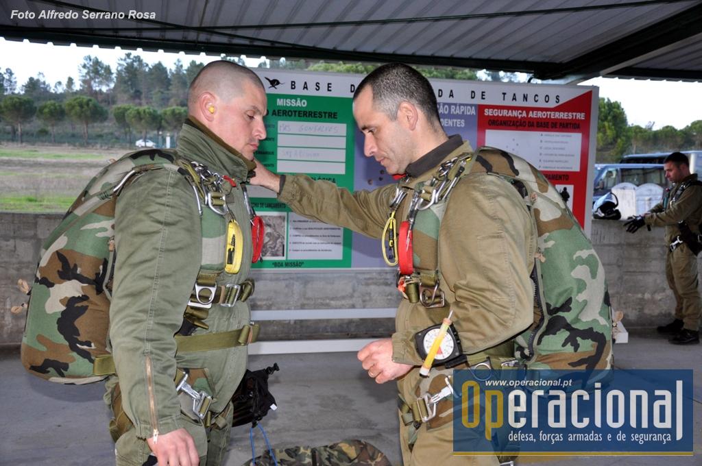 """Dois SOGA - à esquerda o Primeiro-Sargento Rodrigues e à direita o Primeiro-Sargento Costa - durante a fase de """"equipar"""" na placa de Tancos, em 2011 no decorrer do JCET (Joint & Combined Exercise Training) com Forças Armadas dos EUA."""
