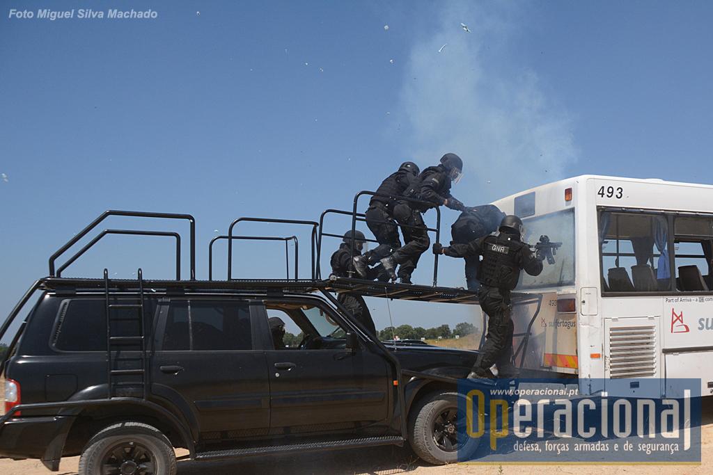 O rebentamento do vidro faz-se com uma carga explosiva que é transportada por um dos militares (ver foto acima, à direita).