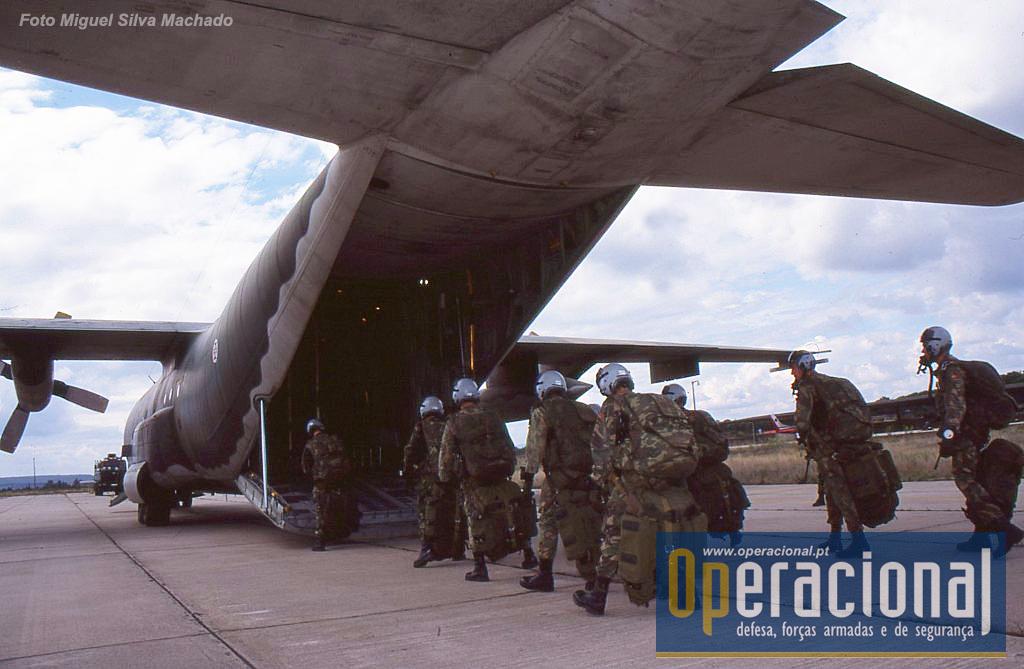 Tancos 2002. Destacamento SOGA embarca num C-130 da Esquadra 502 para um salto de treino a grande altitude.