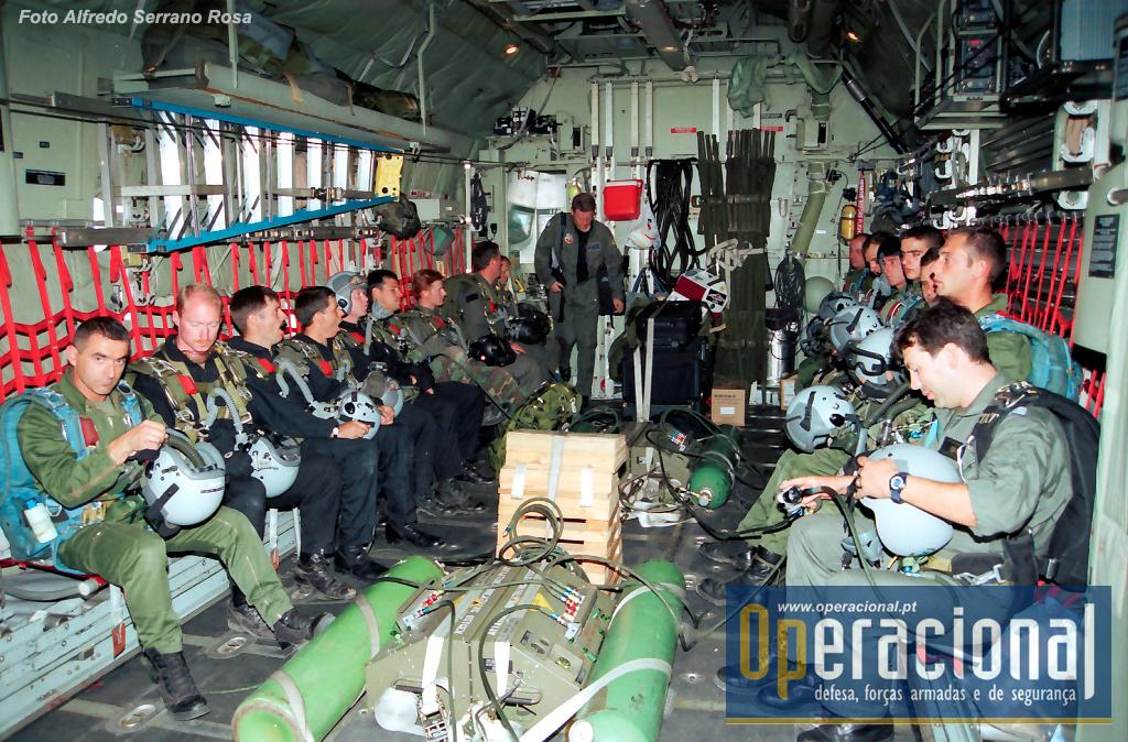 Tancos 1992. Cooperação internacional nos tempos da Brigada de Pára-quedistas Ligeira do Corpo de Tropas Pára-quedistas da Força Aérea Portuguesa. As consolas O2 em uso na altura ainda não foram ligadas aos pára-quedistas.