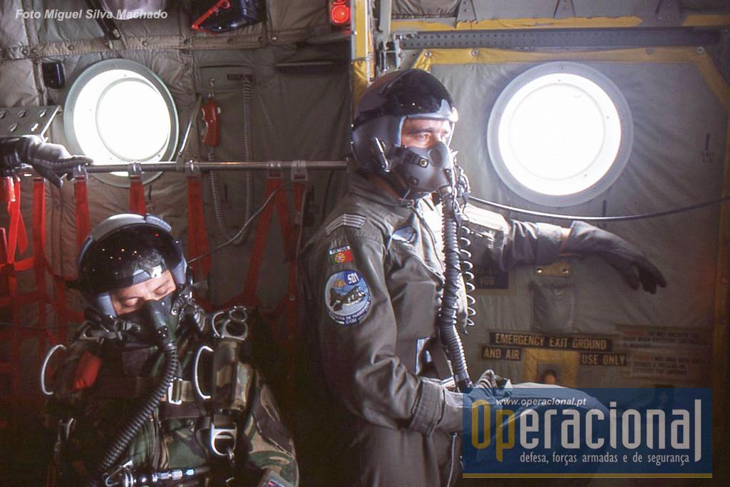 """As tripulações das aeronaves da """"502"""" também equipadas para o lançamento a grande altitude. Em breve a rampa será aberta."""