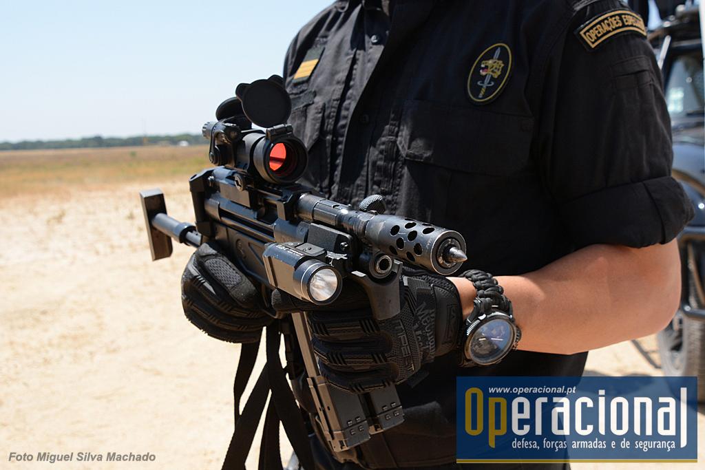 """A HK MP 5 9mm, com a """"ponteira"""" manufacturada no GIOE/GNR. Esta pode ser usada, por exemplo, na abordagem a um condutor que se recuse a abrir o vidro do automóvel, sem prejudicar o cano da arma e o eventual disparo."""