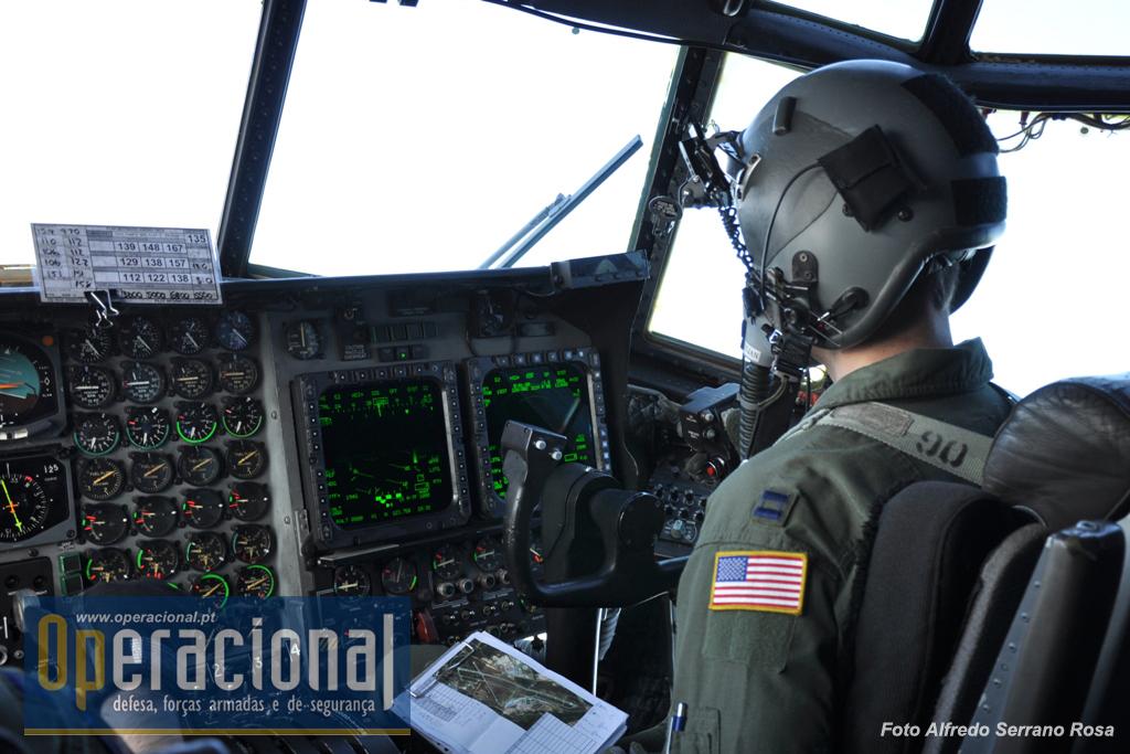 """Os pilotos do """"MC-130H Combat Talon II"""" do 352º Esquadrão de Operações Especiais da Força Aérea dos EUA que esteve em Tancos a apoiar o JCET 2011, também vão equipados em conformidade para um lançamento a grande altitude."""