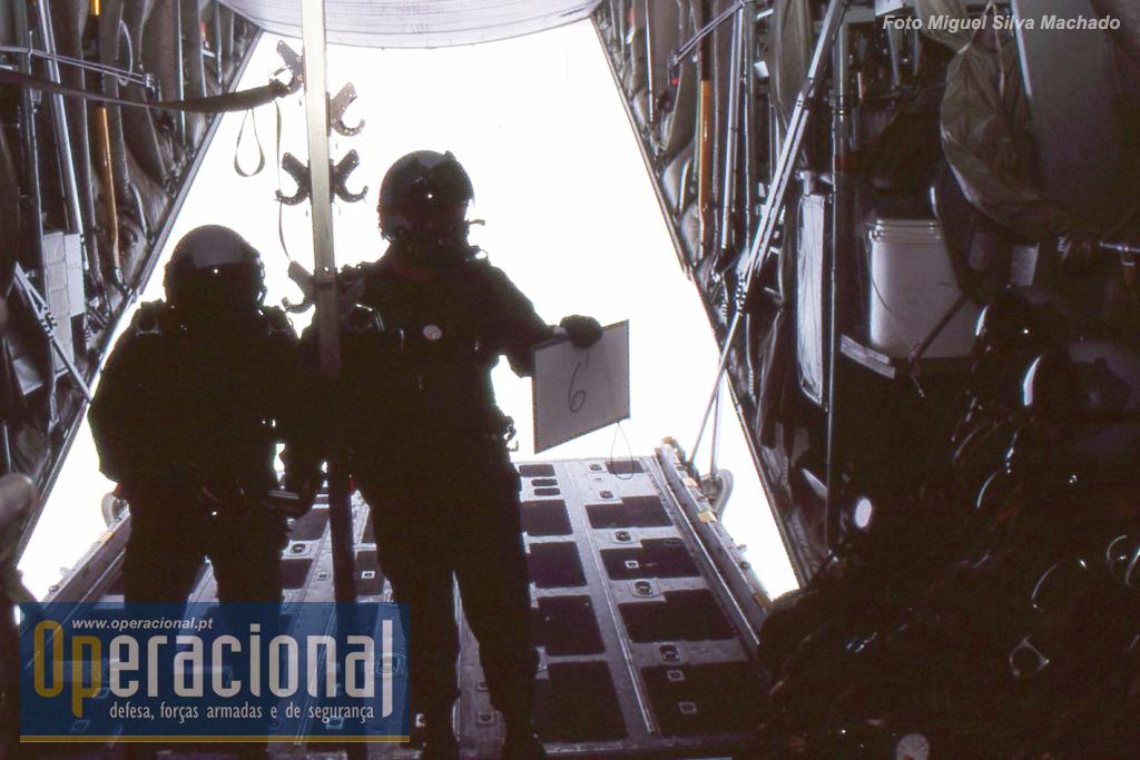 """2002. A rampa já foi a aberta o Chefe Salto informa os SOGA do tempo que falta para a """"luz verde""""."""