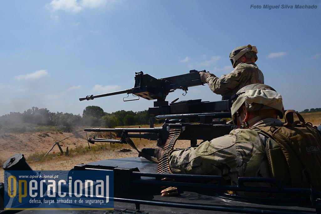 ...e conferir protecção não só com a sua blindagem - colocada entre o inimigo e a coluna - como pelo seu poder de fogo, aqui usando a Browning (M2HB) 12,7mm e a FN Mag 7,62mm, para permitir a retirada da escolta e AE.