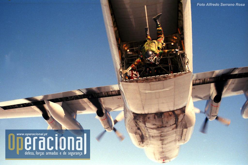 1994. Saída do C-130 fotografada em voo. Cooperação com a Brigada Pára-Comando belga.