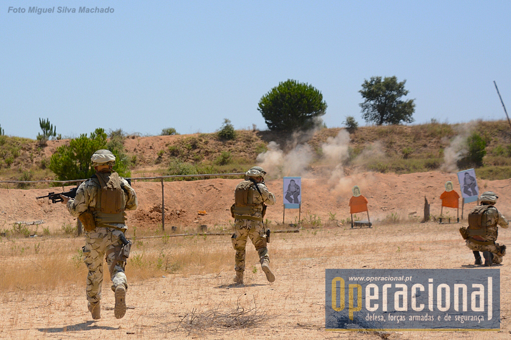 Quando são alvejados os militares procuram protecção e abrem fogo de imediato tentando neutralizar as forças oponentes.