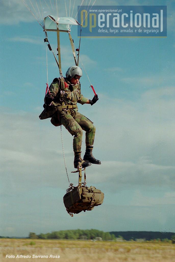 Instantes antes da aterragem o SOGA coloca a carga (no pé) de modo a poder ser largada, ficando suspensa por um cabo ao arnês do pára-quedas.