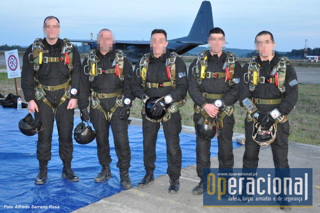 Os elementos do Destacamento de Acções Especiais do Corpod e Fuzileiros da Marinha que saltaram com pára-quedas SOV 3 de abertura manual no JCET 2011.