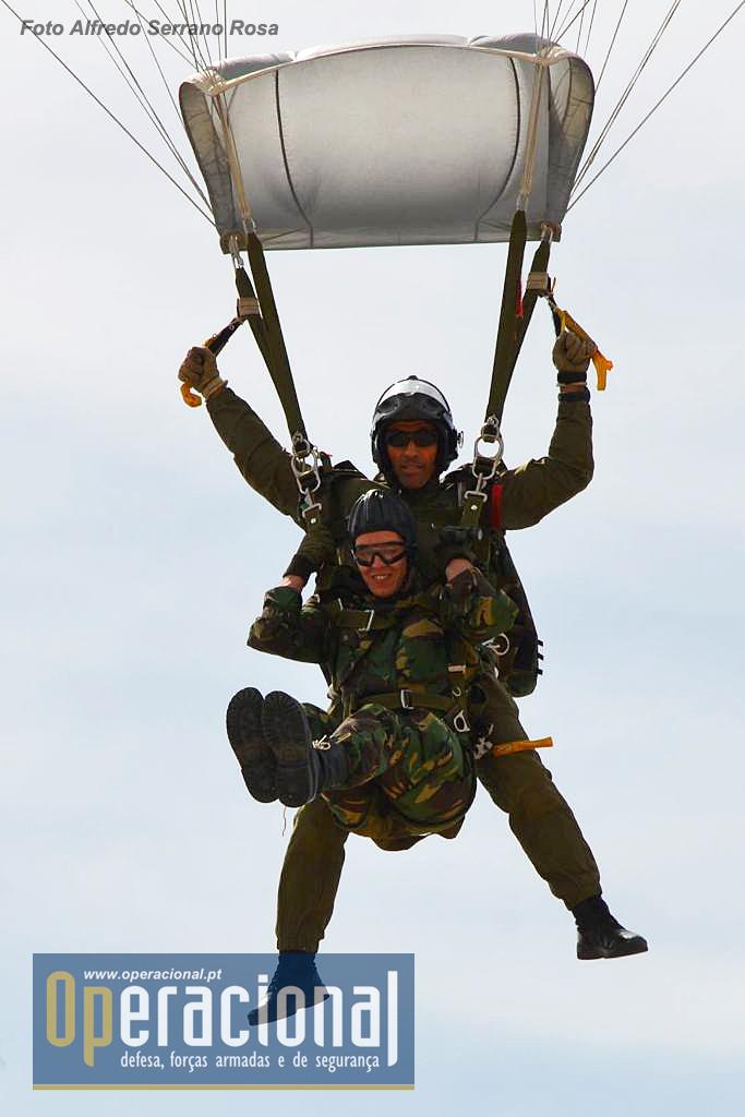 2016. O salto tandem é uma das capacidades que o BOAT tem e que pode ser usada para inserir pessoal não pára-quedista num determinado local não acessível de outro modo.