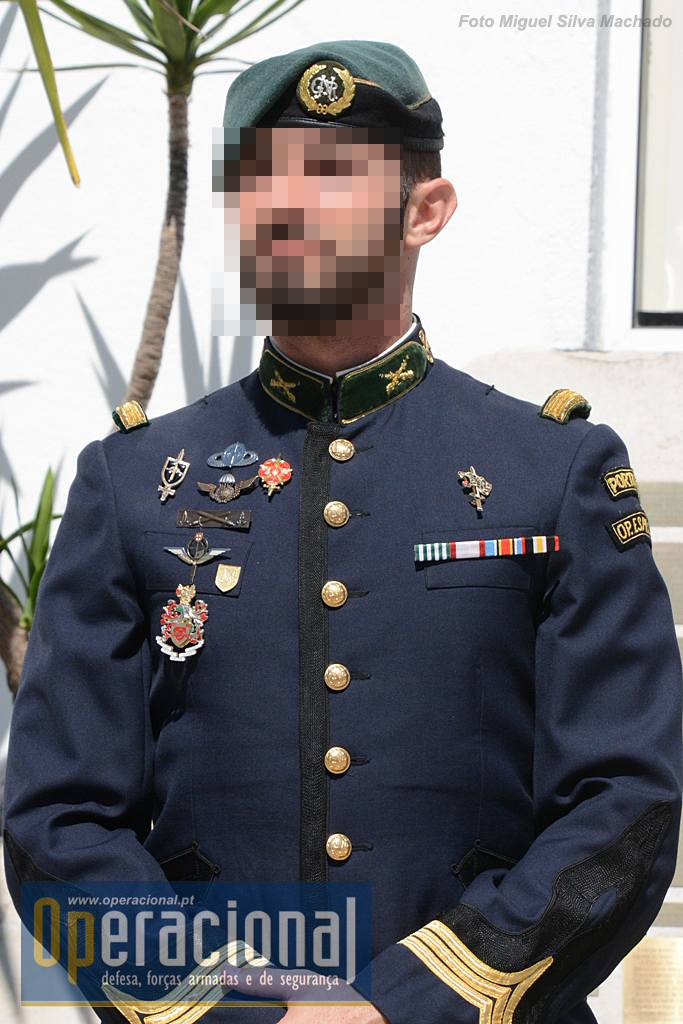 Não é muito vulgar ver os militares do GIOE com uniforme n.º 1. Este oficial, Capitão de Infantaria da GNR, usa a boina exclusiva do GIOE, uma das várias que a GNR autoriza, e as seguintes insígnias: à direita do GIOE; à esquerda, de baixo, Unidade de Intervenção, Operações Irregulares do Exército, Curso de Contraterrorismo, Curso de Operações Especiais do Exército, Pára-quedista Militar Português, (à direita) de Tiro (à esquerda), Protecção de altas Entidades, Sniper.