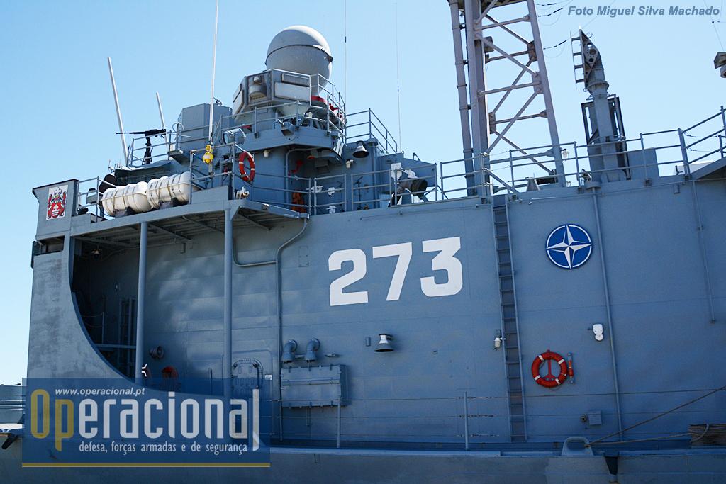 Integrada no Standing NATO Maritime Group 2, ostenta a insígnia da Aliança Atlântica. Por cima da ponte de comando uma das 4 WKM-B 12.7mm que equipam o navio.