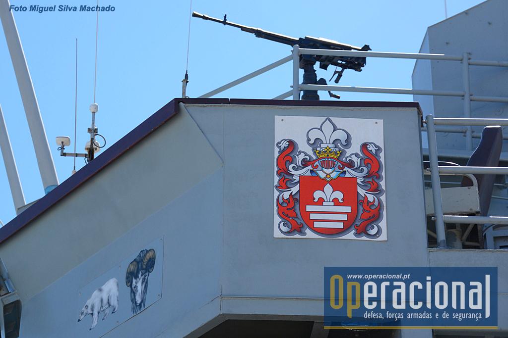 A heráldica oficial do navio, e logo ali ao lado, duas figuras, um urso polar que simboliza a passagem do navio pelo Ártico e o carneiro que...não nos souberam explicar.