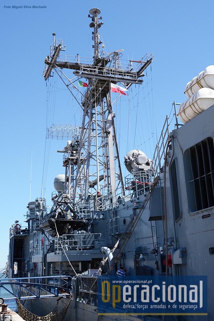 """Esta foto ilustra bem aquilo que não se vê nos modernos navios de guerra: uma parafernália de equipamento ligado às comunicações e sensores do armamento e outros que hoje estão cobertos, contribuindo, entre outras coisas, para diminuir a sua """"assinatura radar"""""""