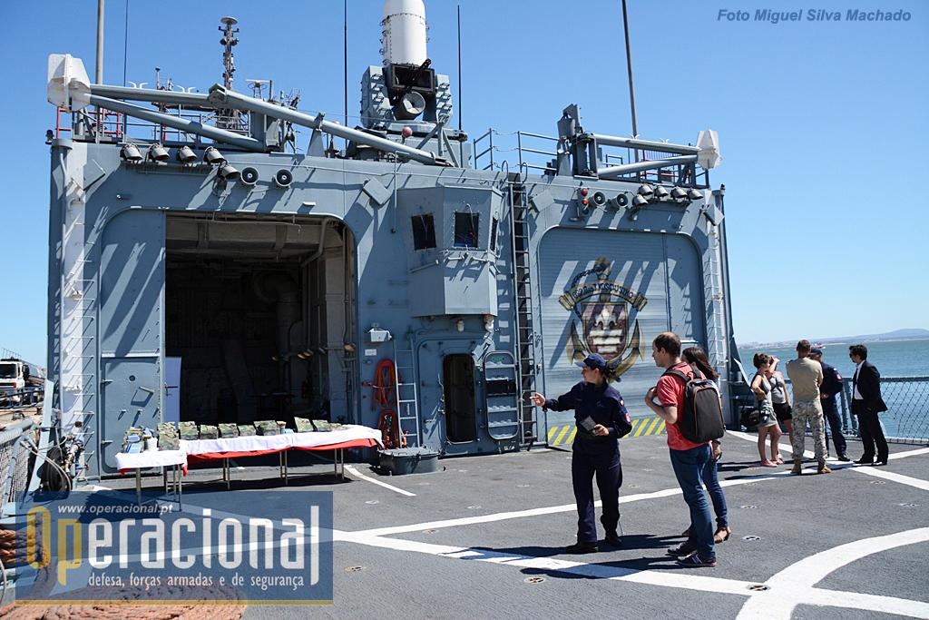 O convés de voo da fragata e os dois enormes hangares para os Kaman Seasprite.
