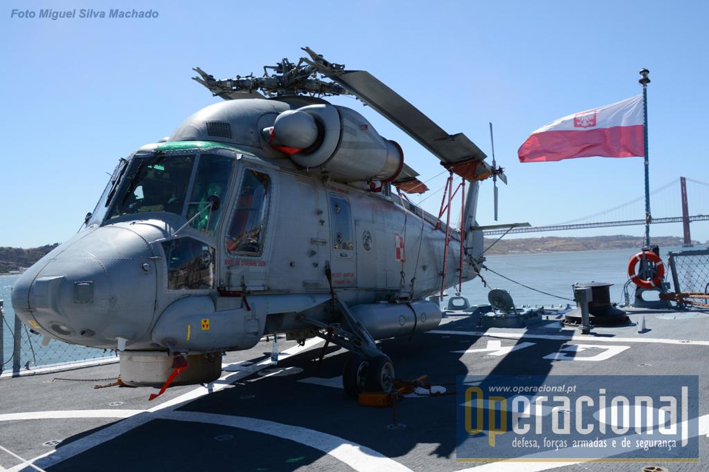 O Kaman SH-2G Super Seasprite que estava embarcado. A Marynarki Wojennej (Marinha de Guerra) dispõe de 4 destes aparelhos, 2 para cada uma das fragatas recebidas dos EUA.