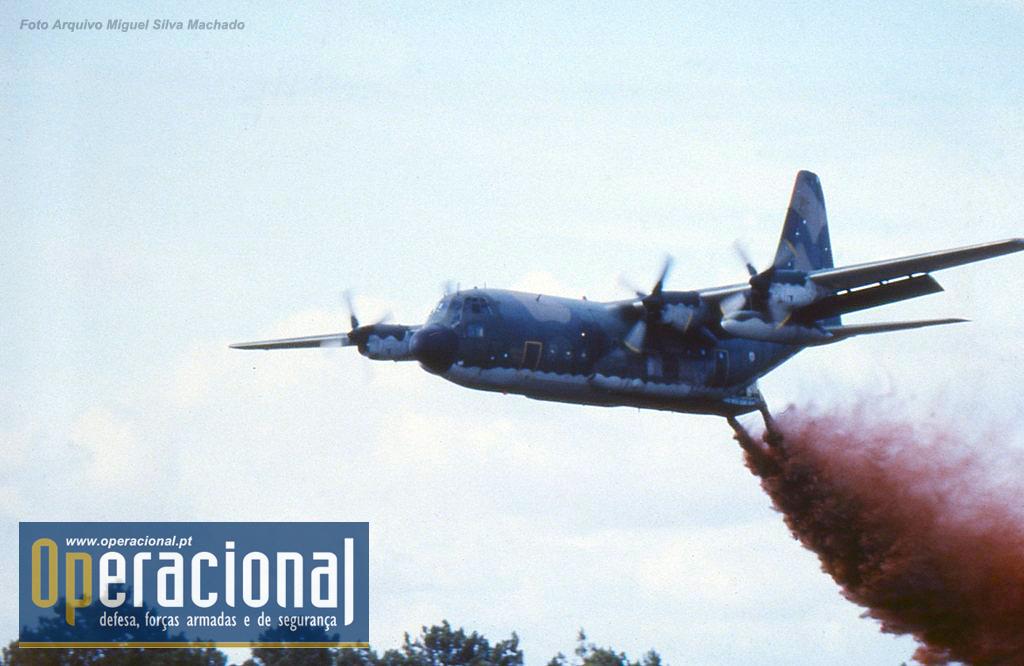 O sistema MAFFS (Modular Airborne Fire Fighting System) num C-130 da Esquadra 501 da Força Aérea Portuguesa.