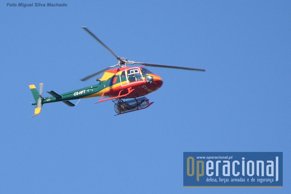 Um Eurocopter AS 350B2 Ecureuilde uma empresa privada nacional, ao serviço da ANPC fotografado em Julho de 2016.