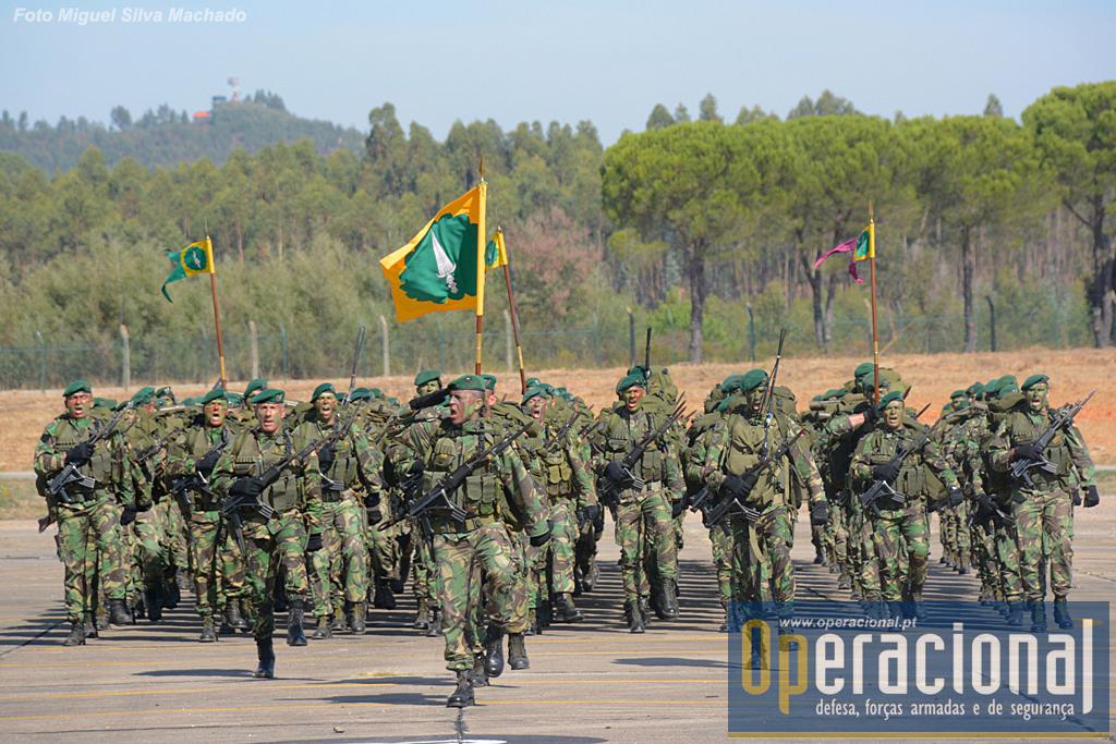 O 1.º Batalhão de Pára-quedistas da Brigada de Reacção Rápida, desfila no 11.º aniversário desta Grande Unidade do Exército Português.
