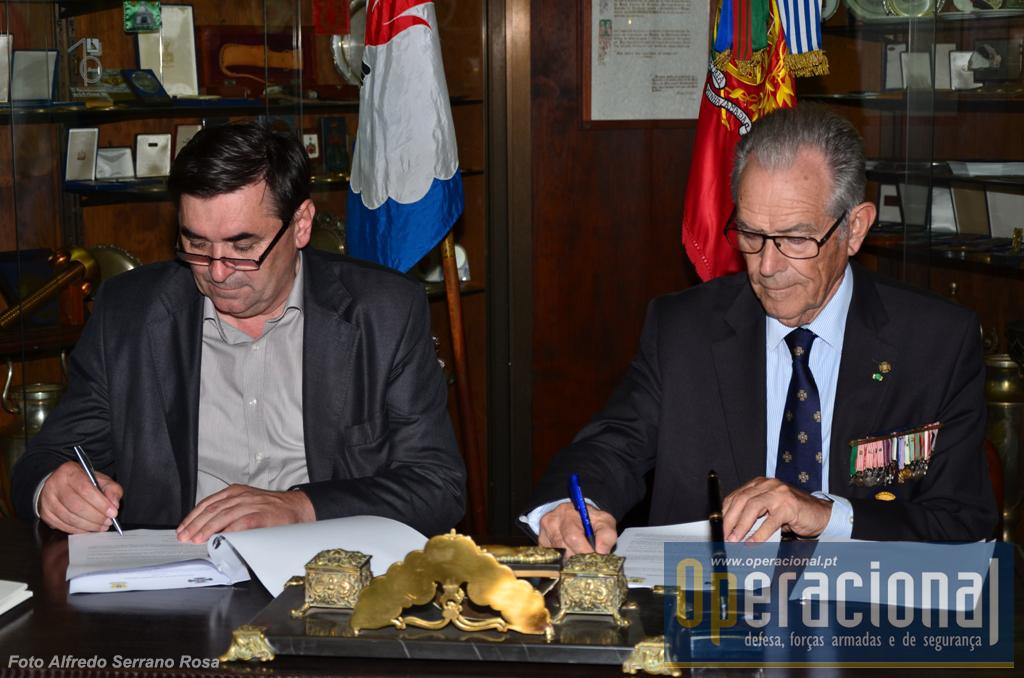 O Presidente da autarquia de Doboj, Obren Petrović (à esquerda) e o Presidente da Liga dos Combatentes, Tenente-General Joaquim Chito Rodrigues, colocam fim a 9 anos de incertezas sobre o Monumento português em Doboj e não é exagero referir que o salvaram da ruína!