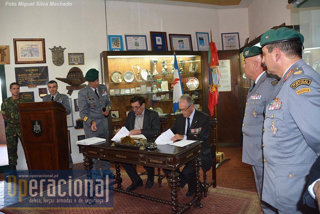 O Regimento de Paraquedistas da Brigada de Reação Rápida do Exército acolheu o acto de assinatura do Protocolo, num dos seus locais mais simbólicos, a secretária dos primeiros comandantes das Tropas Pára-quedistas Portuguesas.