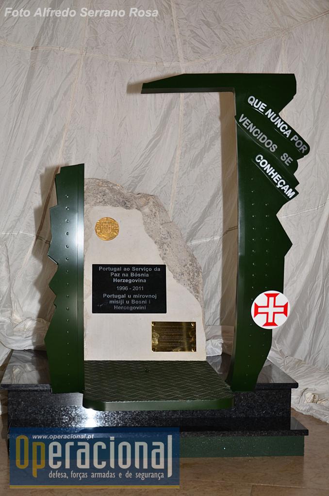"""A réplica do monumento de Doboj, mantém as placas colocadas em 2007 e 2012, relativas a primeira ao esforço colectivo de Portugal na Bósnia, a outra com os nomes dos militares ali falecidos, a Cruz de Cristo alusiva à Força Aérea Portuguesa, e recupera o lema da """"Casa-Mãe"""" das Tropas Pára-quedistas Portuguesas, abusivamente retirado em 2007."""