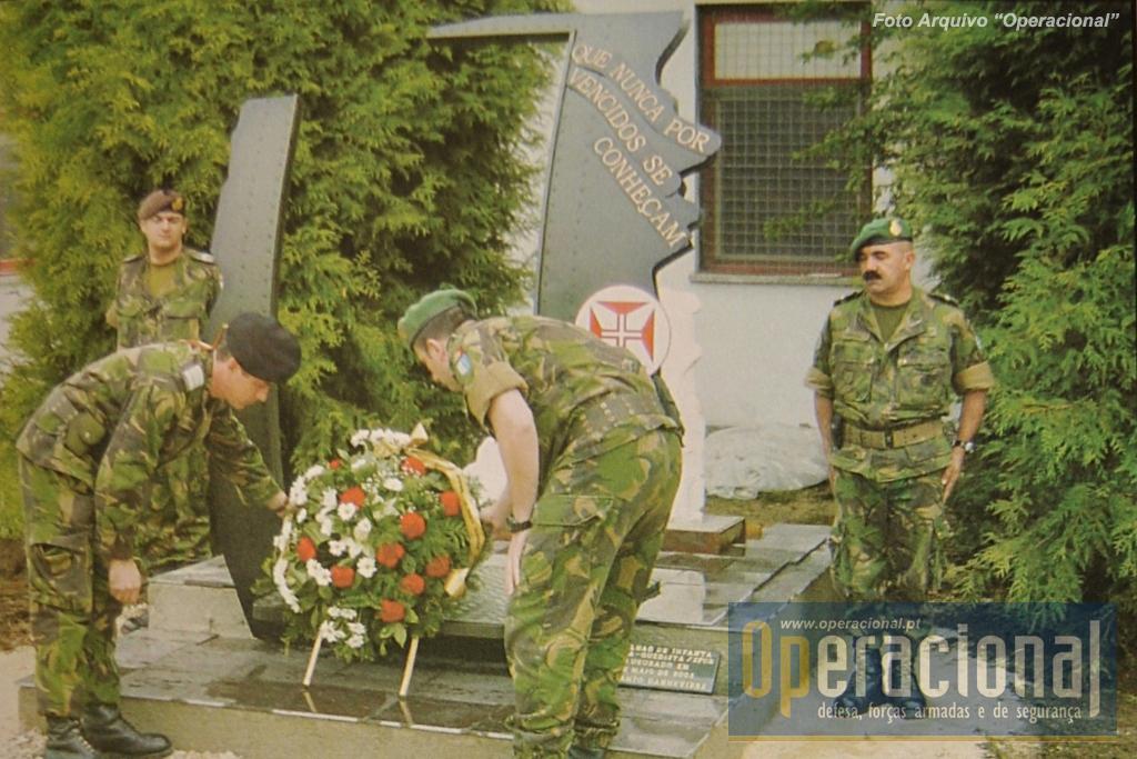 23 de Maior de 2003, Dia dos Pára-quedistas, o Monumento é inaugurado no quartel português de Doboj, estava em missão o 1.º Batalhão de Infantaria Pára-quedista.