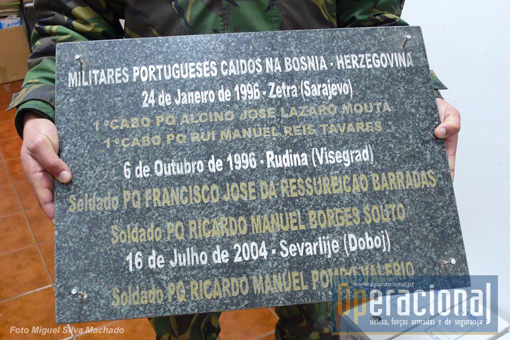 A placa original com os nomes dos mortos na Bósnia entre 1996 e 2004, está no Regimento de Paraquedistas e é bem provável que em breve esteja no Museu, em lugar onde Familiares e Amigos possam manter esta memória. Os pára-quedistas mortos nas Missões de Paz e Humanitárias - todos recordados nas paredes do Forte do Bom Sucesso em Lisboa - Museu do Combatente - também deverão ter, no Museu das Tropas Pára-quedistas, a sua memória.