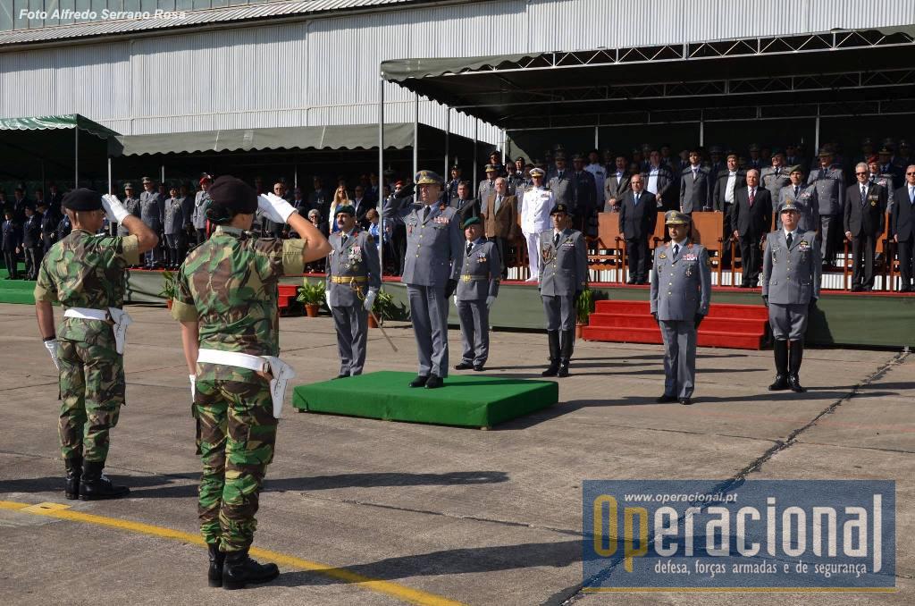 O Coronel Tirocinado Fonseca Lopes, 2.º Cmdt da BrigRR, faz a apresentação das Forças em parada. O O General Rovisco Duarte ladeado pelo Comandante das Forças Terrestres, TGen Faria Menezes, pelo Comandante da BrigRR, Major-General Carlos Perestrelo. Presentes ainda o Ajudante de Campo do CEME e os Adjuntos de Comando do CFT e da BrigRR.